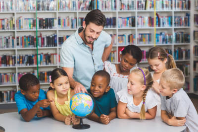 europlacements-teacher-with-children-and-globe
